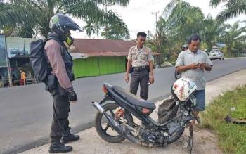 Sejumlah anggota polisi sedang melihat kondisi sebuah motor yang terlibat kecelakaan, Selasa (5/9/2017).
