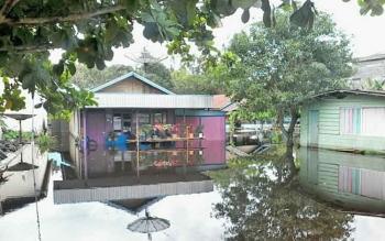 Banjir akibat luapan air Sungai Katingan sejak dua hari ini menggenangi rumah warga di Kota Kasongan, Selasa (5/9/2017).