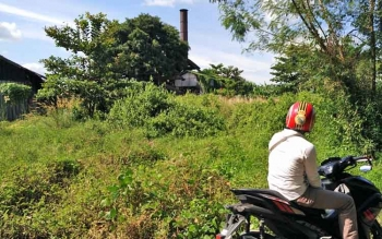 Seorang warga sedang melihat sisa bangunan brengsel yang merupakan milik PT Inhutani III.