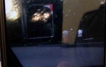 Seorang saksi berhasil mengabadikan aksi perusakan baliho yang dilakukan oleh pelaku