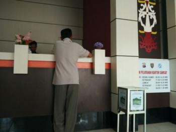 Warga membayar biaya pengesahan di kantor Samsat Muara Teweh, Kabupaten Barito Utara, Selasa (5/9/2017).