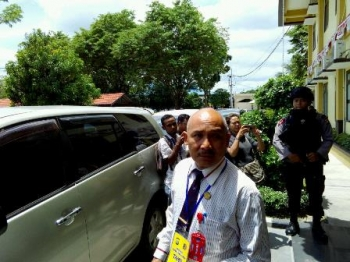 Penasihat hukum, Yansen Binti, Sukah L Nyahun, keluar dari gedung Direktorat Reserse Kriminal Umum Polda Kalteng, Selasa (5/9/2017). Sukah menyebut telah mengajukan penangguhan penahanan terhadap kliennya.