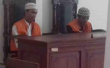 Dua sekawan terdakwa jambret saat disidang di Pengadilan Negeri Sampit.
