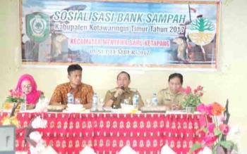 Kabid Penataan dan Peningkatan Kapasitas DLH Kotim Segah Paulus bersama Camat MB Ketapang Ahmad Sarwo Oboi pada sosialisasi di Kecamatan MB Ketapang.