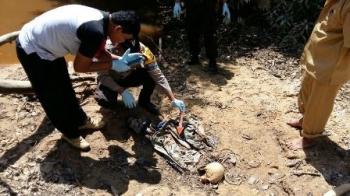 Polisi mengidentifikasi tulang belulang manusia yang ditemukan di Desa Penyombaan, Kecamatan Arut Utara, Kabupaten Kotawaringin Barat, Senin (4/9/2017).