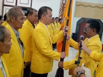 Wakil Ketua DPD Partai Golkar Provinsi Kalteng Yurikus Dimang menyerahkan panji partai kepada Ketua DPD Partai Golkar Gumas hasil Musdalu Jaya S Monong saat prosesi pelantikan pengurus periode 2017-2017, Selasa (5/9/2017) malam.