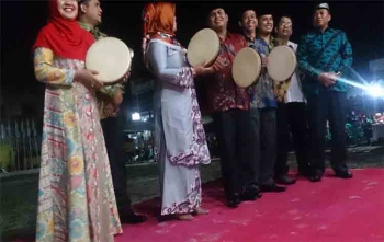 Bupati Korbar Hj Nurhidayah menabuh rebana sebagai tanda dibukanya FSQ, Senin (5/9/2017) malam