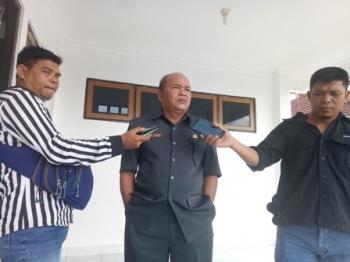 Kepala Dinas Perpustakaan dan Kearsipan Kabupaten Gumas Yokdie saat memberikan keterengan kepada wartawan, Rabu (6/9/2017).