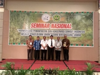 Wakil Rektor UPR Prof Danes Jayanegara (berdasi) seusai pembukaan Seminar Nasional yang dikelola Perkumpulan Masyarakat Gambut Indonesia bersama UPR di Palangka Raya, Rabu (9/2017).