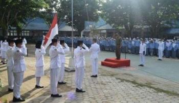 Kepala Dinas Satpol Pamong Praja dan Pemadam Kebakaran Kabupaten Kapaus Drs Yunabut menjadi inspektur upacara