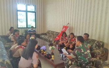 Dandim 1016/Plk Letkol Alfius Navirinda Krisdinanto memberikan pengarahan kepada anggota pramuka penggalang yang akan mewakili Kalteng.