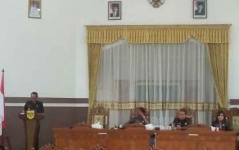 Bupati Gumas Arton S Dohong saat menyampaikan jawaban pemerintah atas pandangan fraksi-fraksi dewan di rapat paripurna DPRD Gumas, Kamis (7/9/2017).