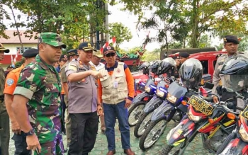 Kapolres Kotim AKBP Muchtar Supiandi Siregar bersama Dandim 1015 Sampit Letkol Inf I Gede Putra Yasa saat memantau kendaraan yang diggunakan untuk menyisir kebakaran lahan.
