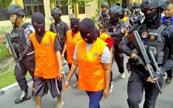 Aparat Polda Kalteng menggiring para tersangka sabu, Kamis (7/9/2017)