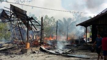 Api menghanguskan rumah kepala Desa Mangaris, Kecamatan Dusun Selatan, Kabupaten Barito Selatan, Kamis (7/9/2017) pagi.