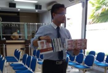 Kepala Perwakilan Bank Indonesia Provinsi Kalimantan Tengah, Wuryanto, menunjukkan uang rupiah un-cut (belum dipotong), beberapa waktu lalu.