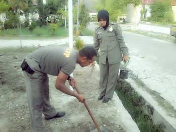 Anggota Satpol PP Palangka Raya saat mengecek kondisi drainase di salah satu titik di Kota Palangka Raya, beberapa waktu lalu.