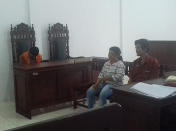 Coing (rompi oranye), terdakwa kasus KDRT saat menjalani persidangan di Pengadilan Negeri Sampit, Kamis (7/9/2017).