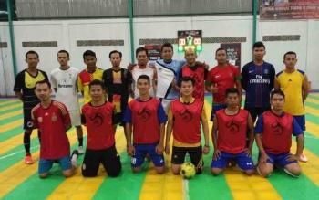 Tim futsal PWI Kotim dan Setda Pemkab sebelum memulai laga persahabatan.
