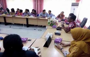 Ketua DPRD Kota Palangka Raya, Sigit Karyawan Yunianto sedang memberikan penjelasan kepada rombongan DPRD Landak, Jumat (8/9/2017)