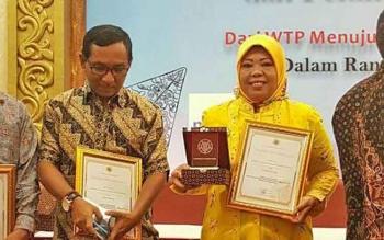 Bupati Kotawaringin Barat, Hj Nurhidayah menerima piagam penghargaan dari Universitas Gajahmada, Yogyakarta, Kamis (7/9/2017)