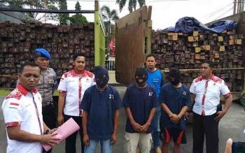 Tiga tersangka kasus illegal logging beserta barang bukti di Polres Kotim.