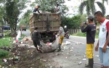 Petugas kebersihan mengangkut sampah di sejumlah titik.