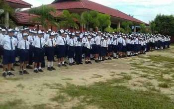 Pelajar salah satu SMP mengikuti upacara di sekolah.