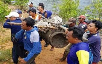 Evakuasi amunisi sepanjang 1,5 meter dengan diameter 46 centimeter yang ditemukan warga di RT 09, Sungai Jejer, Desa Sungai Bakau, Kecamatan Kumai