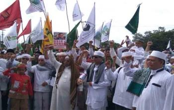 Ratusan umat muslim di Kota Palangka Raya menggelar aksi di Bundaran Besar, Jumat (8/9/2017). Aksi ini dilakukan untuk mengutuk kebiadaban Budha Myanmar yang telah membantai ratusan umat muslim Rohingya