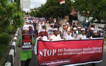 Aksi ratusan warga Sampit menyuarakan Bela Umat Muslim Rohingnya.