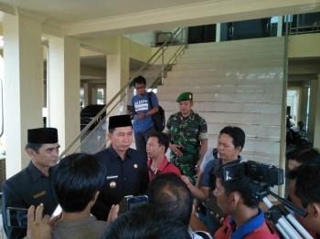 Bupati Barito Utara Nadalsyah memberikan keterangan kepada wartawan seusai mengikuti Rapat Paripurna mengenai KUA dan PPAS perubahan tahun anggaran 2017, Jumat (8/9).