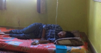 BPS siswa SMP Negeri di Pangkalan Bun harus terbaring lemah dengan infus dilengannya, ia bersama rekannya mengalami muntah-muntah sesaat setelah makan nasi goreng kantin koperasi sekolah.
