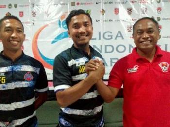 Pelatih Kepala Kalteng Putra, Kas Hartadi salam komando dengan Asisten Pelatih Persida Sidoarjo, Agung Prasetyo (tengah) didampingi Kapten Tim Sidoarjo, M Fahrudin (kanan), Jumat (8/9/2017).