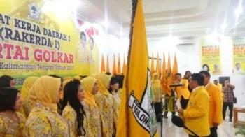 H M Ruslan AS melantik pengurus Pimpinan Daerah Kesatuan Perempuan Partai Golkar Kalteng, periode 2016-2020.