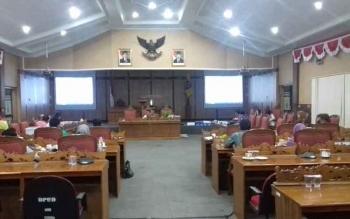 Anggota Komisi I DPRD Kotim, saat rapat pembahasan dengan mitra kerja mereka.