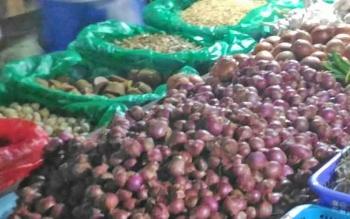 Bawang yang dijual di Pasar Kuala Kurun, Kabupaten Gumas.