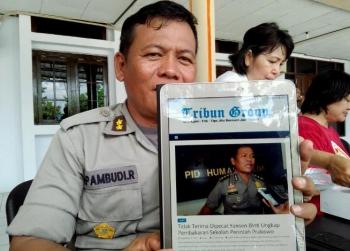 Kabid Humas Polda Kalteng, AKBP Pambudi Rahayu menunjukan berita yang menurutnya hoax