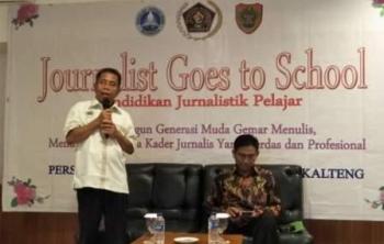 Ketua PWI Kalimantan Tengah, H Sutransyah membuka kegiatan Journalist Goes to School, Sabtu (9/9/2017).