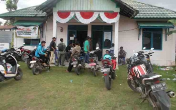 Warga Desa Tamban Makmur mendatangi Kantor Kecamatan Tamban Catur.