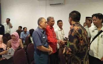 Kepala Dinas Pendidikan Provinsi Kalteng Slamet Winaryo (batik) menyalami wartawan senior yang akan dilibatkan sebagai pemateri pada kegiatan Journalist Goes to School.