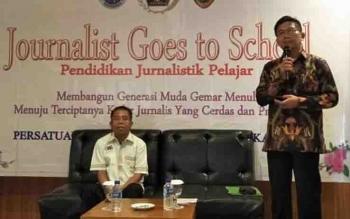 Kepala Dinas Pendidikan Kalteng, Slamet bersama Ketua PWI Kalteng, Sutransyah membuka kegiatan Journalist Goes to School.