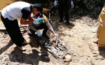 Polsek Arsel saat melakukan olah TKP di lokasi penemuan tengkorak manusia.