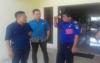 Sekretaris Komisi III DPRD Kotim, Hero Harapanno Mandouw (baju batik) saat sidak di Damkar