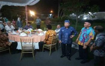 Gubernur Kalteng, Sugianto Sabran (dua dari kanan) sedang menjamu para tokoh di Istana Isen Mulang, Minggu (10/9/2017) malam ini.