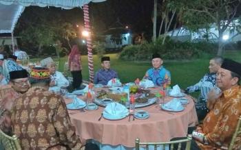 Gubernur Kalimantan Tengah, Sugianto Sabran duduk bersama para tokoh di Istana Isen Mulang, Minggu (10/9/2017) malam