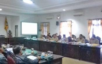 Rapat pembahasan APBD perubahan 2017 antara Komisi IV DPRD dan jajaran Dinas PUPR Kabupaten Kotim.