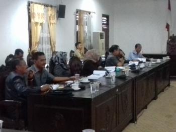 Komisi IV DPRD Kotim, saat membahas APBD perubahan 2017 dengan jajaran Dinas PUPR, Senin (11/9/2017).