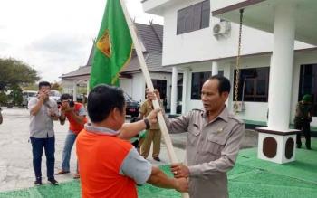 Bupati Gumas Arton S Dohong menyerahkan panji daerah kepada ketua kontingen Pasparawi Helprit Tiong pada acara pelepasan, Senin (11/9/2017) sore.