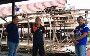 Kepala Disperindagsar Barito Utara, Hajrannor saat meninjau pembangunan pasar bersama jejarannya